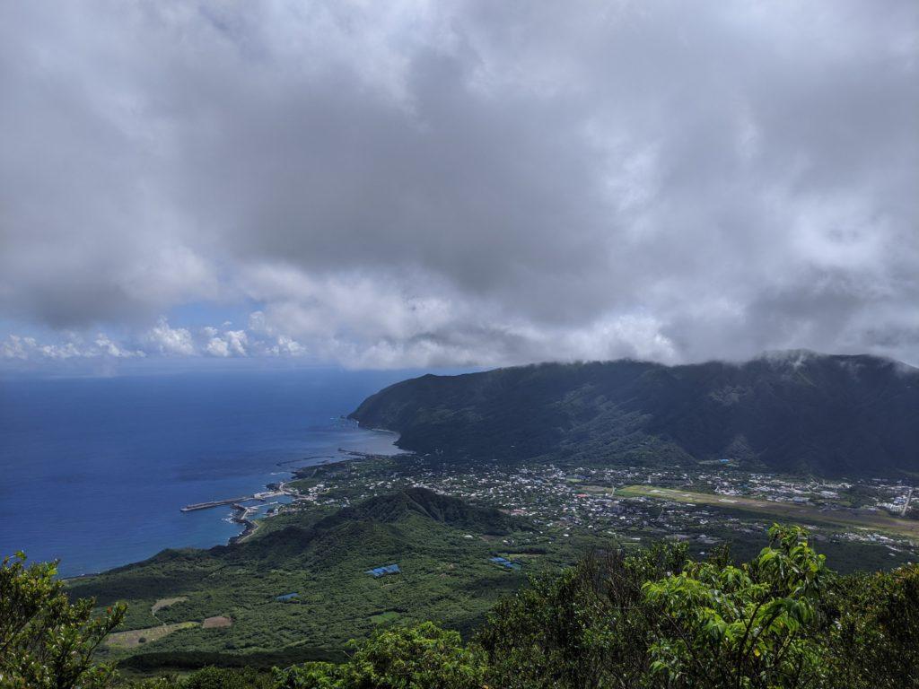 八丈富士から島内を望む