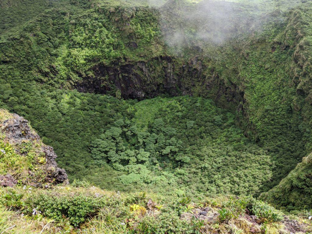 火口の中にある崖