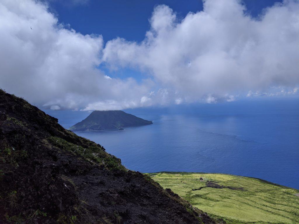 八丈小島を眺める